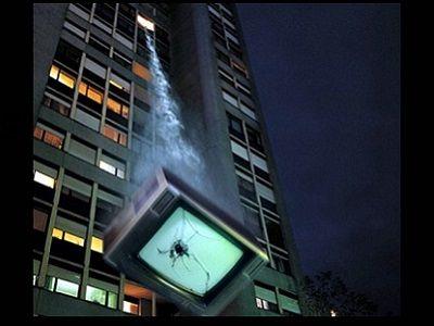Не забудьте выбросить телевизор. Только не следует это делать путем выбрасывания телевизора из окна здания: ведь он может что-то или кого-то повредить при падении. Поэтому лучше бы аккуратно отнести его на свалку.